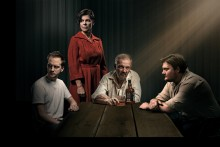 Folketeatret præsenterer NATTEN ER DAGENS MOR – Lars Noréns ikoniske familiedrama