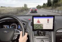 """Na vozech značky Ford se zkouší technologie, která pomáhá řidičům využívat """"zelenou vlnu"""" na semaforech"""