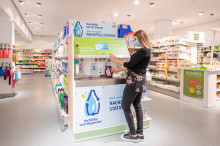 Verpackung sparen mit Denkmit, Pril und Persil: Spül- und Waschmittel an den neuen Nachfüllstationen einfach wieder auffüllen