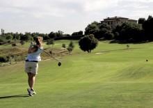 Tren golfsvingen din i trygge omgivelser på en golfbane i Catalonia
