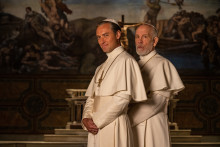 SMUGKIG DE FØRSTE FIRE EPISODER AF THE NEW POPE MED JUDE LAW OG JOHN MALKOVICH