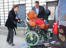 Spende an Bärenherz:  Aktion Kinderträume übergibt rollstuhlgerechten VW Caddy