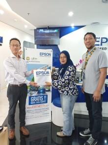 Direktur Epson Melayani Pelanggan pada Hari Pelanggan Nasional