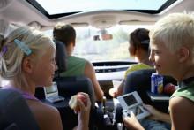Läsplattan och mobilen håller barnen glada under bilsemestern