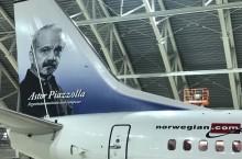 Llega este lunes el primer avión de Norwegian Air Argentina con la imagen de Astor Piazzolla en su ala de cola