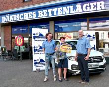 35 Jahre DÄNISCHES BETTENLAGER-Gewinnspiel: Gewinnübergabe eines tollen Flitzers an glückliche Gewinnerin