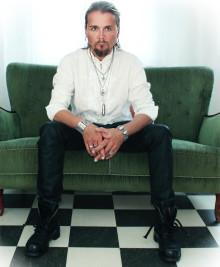 "Jakob Samuel – sångaren & frontmannen i The Poodles – går solo och släpper singeln ""Home""!"
