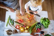 Populärt nyårslöfte i fara: varannan svensk tycker det är svårt att hinna laga nyttig mat