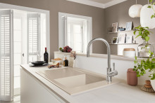Sanfte Erdtöne für die Küche: Keramikspülen in neuer Farbe Almond
