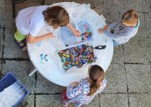 Schüler gestalten bunte Steine, die Senioren Freude schenken