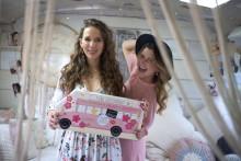 Lindt HELLO und dm-exklusive Kooperationsmarke Langhaarmädchen schenken 7 Tage Glücksmomente