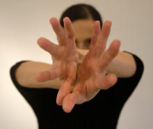 Tyst besvärjelse – Nathalie Ruiz tolkar Ingolf Kaiser i dans på Uppsala konstmuseum