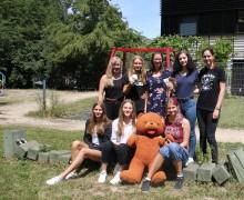 """Schülerfirma """"MarkkleXberg-Ausstellungen"""" spendet 375 Euro an Bärenherz"""