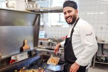 Utbildat sig till kock hos Astar - nu öppnar han egen restaurang i Motala
