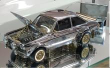 Miniatura klasického Fordu Escort ze zlata, diamantů a stříbra míří do aukce