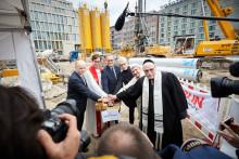 Der Anfang ist gemacht! Startschuss für letzte Gründungsarbeiten des House of One mit Berlins Regierendem Bürgermeister, Bundesinnenministerium und Kultursenat