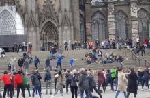 Rücken-Flashmob vor dem Kölner Dom