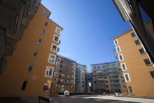 Mäklarnas utannonserade pris för bostadsrätter i landets tre största städer har senaste månaden närmat sig försäljningspriset