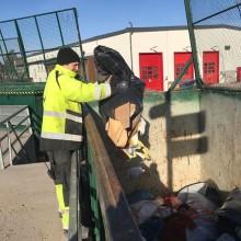 Nu ska säcken tömmas på återvinningscentralen