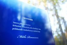 Espoon Karakallioon levittäytyi kymmenien pienten sanataideteosten sarja