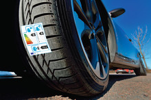 """""""Jamen, er dæk ikke bare et dæk?"""" - Klistermærke viser forskellen"""