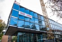 STRABAG Real Estate krönt Gläserne Softwarefabrik Karlsruhe mit Richtkranz