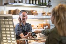 Nästan 60 procent av kortbetalningar i Sverige nu kontaktlösa