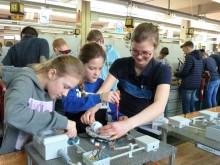 Mädchen zeigen Interesse an technischen Berufen - Westfalen Weser Energie beim Girls' Day dabei