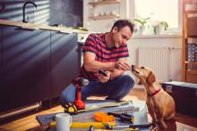 Työpöytään asennettavat pistorasiat viimeistelevät kotikonttorin