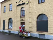 Tolvmansgatans fritidsgård delar ut julklappar till barn