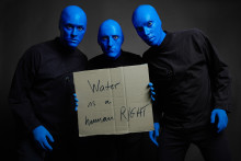 Blue Man Group Berlin unterstützt Viva con Agua und Goldeimer