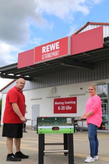 Hephata-Jugendhilfe freut sich über Fußball-Spenden von REWE