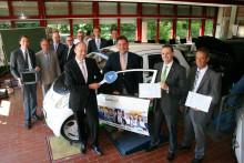 Mitsubishi übergibt Hochvolt-Schulungssystem an Kfz-Gewerbe Hessen