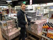 Vi släpper väskan och hjälper till i butik! Våra säljare erbjuder ett par extra händer och hjälper till att fylla på hyllorna i butik.