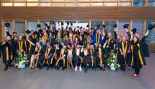 Petje af en felicitaties voor pionierende afgestudeerden