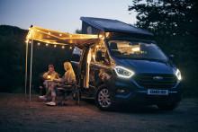 Nabídku oblíbených obytných vozů Ford Transit Nugget rozšiřuje varianta Plus s výklopnou střechou