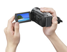 Keep smiling: more happy faces with the Full HD Handycam® HDR-CX11E
