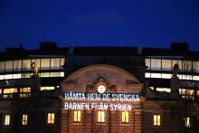 """""""Hämta hem de svenska barnen från Syrien"""" lyser upp Riksdagshuset"""
