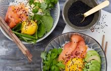 Korshags recepttips: Rice bowl med kallrökt lax, spenat, äggula & svarta sesamfrön