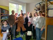 Bärenstarke Pflege – Bärentatzen für Kinderherzen: ABB16 der Bernd-Blindow-Schule engagiert sich seit 2016