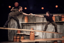 Artisterna i Cirque Inextremiste utmanar balansen