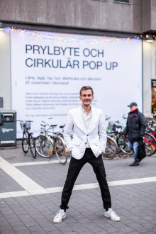 Henning Gillberg tar emot pris för sitt cirkulära engagemang