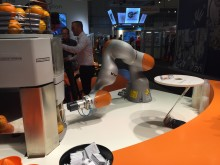 Här serverar roboten juice