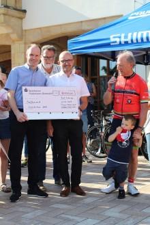 Glückstour macht Station in Bad Driburg:  Energie-Gemeinschaft Westfalen Weser Netz spendet  5000 Euro für krebskranke Kinder