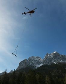 Per Helikopter in die Höllentalklamm:  ZÜBLIN baut neue Brücke und Stege