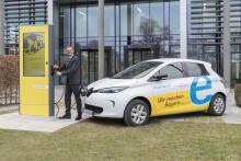Stromer tanken Energie: Bayernwerk nimmt Ladesäule für Elektroautos vor der Unternehmensleitung in der Lilienthalstraße in Regensburg in Betrieb