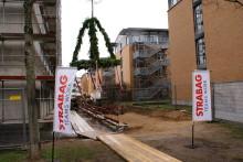 STRABAG Real Estate lässt Richtkrone über Jobcenter Stadt Karlsruhe wehen