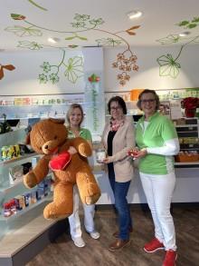 Spenden-Aktion zum Nikolaustag: Ahorn Apotheke bemalt mit Kindern Weihnachtskugeln