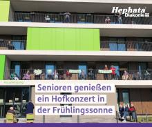 """Seniorenzentrum """"An der Lauter"""": BewohnerInnen genießen Hofkonzert in der Frühlingssonne"""