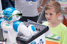 Humanoider Roboter und 3D-Drucker am Stand der TH Wildau beim 5. Potsdamer Tag der Wissenschaften am 13. Mai 2017